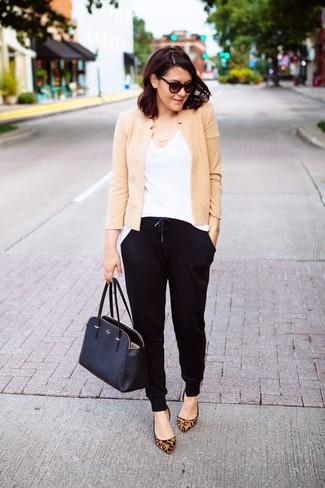 Comment porter des ballerines en daim imprimées léopard marron clair: Harmonise une veste motard beige avec un pantalon de jogging noir pour un look idéal le week-end. Une paire de des ballerines en daim imprimées léopard marron clair ajoutera de l'élégance à un look simple.