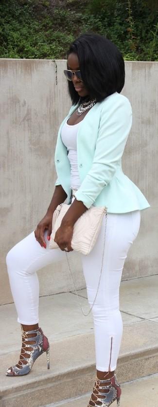 Comment porter: veste motard vert menthe, débardeur blanc, pantalon slim blanc, sandales à talons en cuir imprimées serpent grises