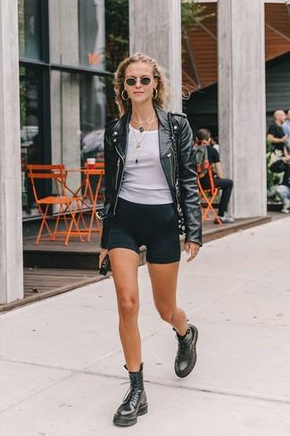Comment porter: veste motard en cuir noire, débardeur blanc, short cycliste noir, bottines plates à lacets en cuir noires