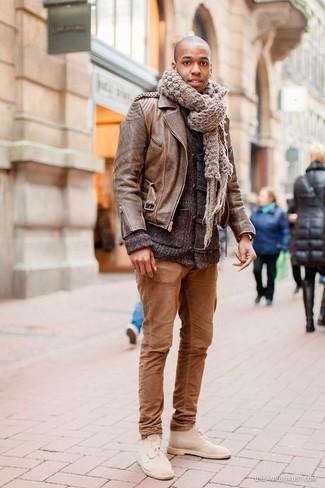 Comment porter: veste motard en cuir marron, duffel-cardigan gris foncé, pantalon chino marron, bottines chukka en daim beiges