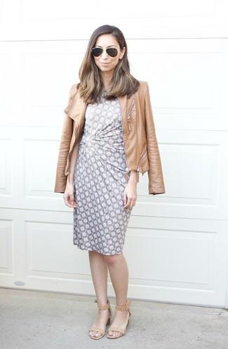 Comment porter: veste motard en cuir marron clair, robe fourreau imprimée grise, sandales à talons en cuir marron clair