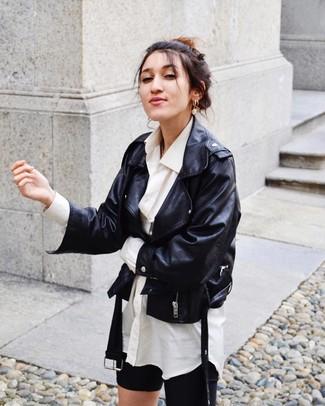 Comment porter: veste motard en cuir noire, chemise de ville blanche, short cycliste noir