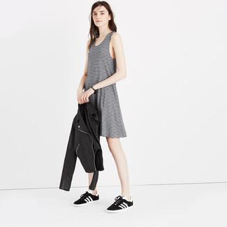 Comment porter des baskets basses noires et blanches: Opte pour le confort dans une veste motard en cuir noire et un débardeur à rayures horizontales gris. Une paire de des baskets basses noires et blanches est une option génial pour complèter cette tenue.