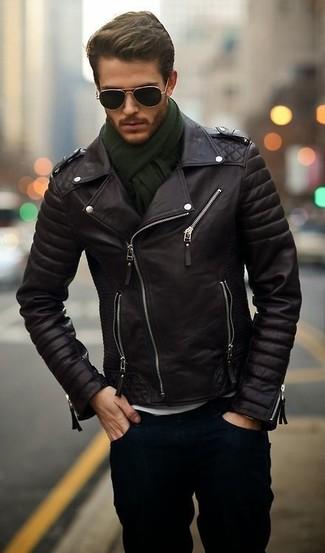 Associer une veste motard en cuir noir avec un jean bleu marine est une option confortable pour faire des courses en ville.