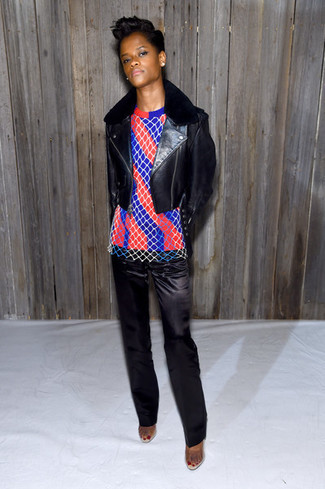 Veste motard en cuir noire pull a col rond a rayures verticales rouge et bleu marine pantalon de costume en satin noir large 29939