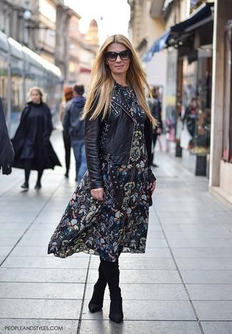 Comment porter: veste motard en cuir à clous noire, robe midi à fleurs noire, bottes hauteur genou en daim noires