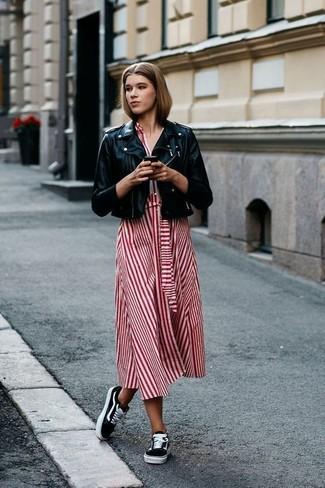 Comment porter des baskets basses noires: Associe une veste motard en cuir noire avec une robe midi à rayures verticales rouge pour créer un style chic et glamour. Si tu veux éviter un look trop formel, complète cet ensemble avec une paire de des baskets basses noires.