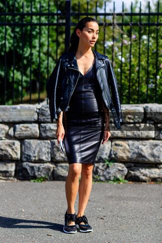 Comment porter des baskets basses noires: Ce combo d'une veste motard en cuir noire et d'une robe moulante en cuir noire te permettra de garder un style propre et simple en dehors des horaires de bureau. Décoince cette tenue avec une paire de des baskets basses noires.