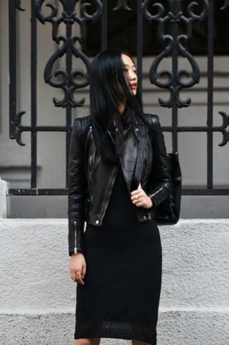Fais-toi remarquer parmi les autres civils stylés avec une veste motard en cuir noire et une robe moulante noire.