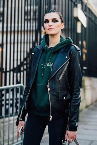 Tenue: Veste motard en cuir noire, Sweat à capuche imprimé