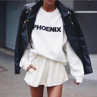 Comment porter: veste motard en cuir noire, t-shirt à col rond imprimé blanc et noir, jupe patineuse blanche