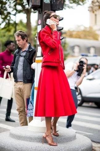 Comment porter: veste motard en cuir rouge, jupe évasée rouge, sandales à talons en cuir marron clair