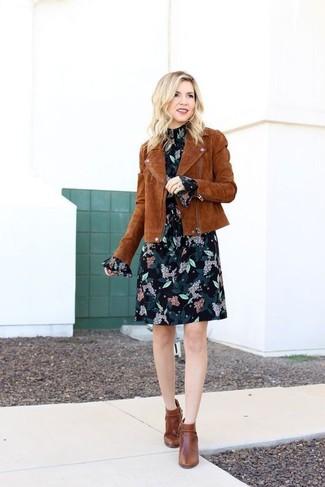 Comment porter: veste motard en daim marron, robe droite en chiffon à fleurs noire, bottines en cuir marron