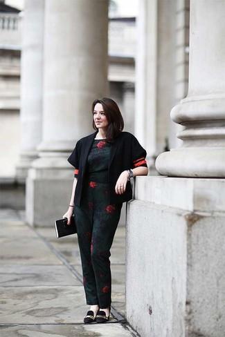 Comment porter: veste motard en laine noire, combinaison pantalon à fleurs vert foncé, escarpins en daim ornés noirs
