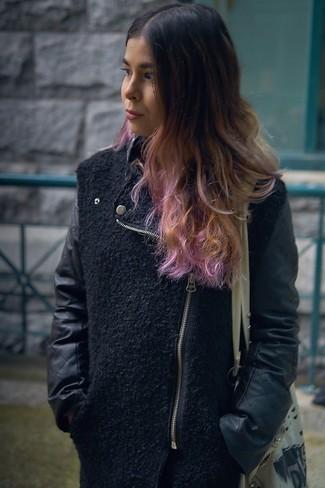 Comment porter: veste motard en laine noire, sac fourre-tout en toile imprimé beige