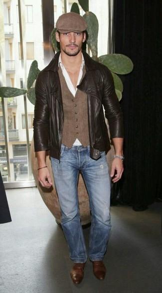 Comment porter: veste motard en cuir marron foncé, gilet marron, chemise de ville blanche, jean bleu