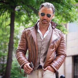 Comment porter: veste motard en cuir marron, gilet écossais marron, chemise de ville blanche, jean beige