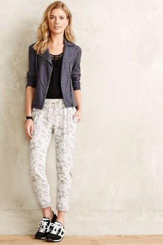 Comment porter: veste motard gris foncé, débardeur noir, pantalon de jogging en dentelle blanc, chaussures de sport noires et blanches