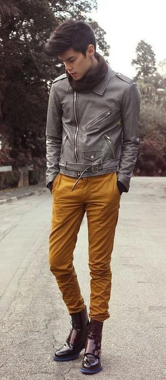 Comment porter: veste motard en cuir grise, pantalon chino tabac, bottes habillées en cuir bordeaux, écharpe marron foncé