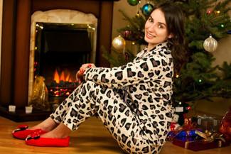 Comment porter: veste motard imprimée léopard beige, pantalon style pyjama imprimé léopard beige, ballerines en daim rouges