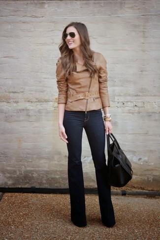Comment porter: veste motard en cuir marron clair, jean bleu marine, sac fourre-tout en cuir noir, lunettes de soleil marron foncé