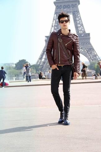 Comment porter: veste motard en cuir marron foncé, jean skinny noir, bottes de loisirs en cuir bleu marine, besace en cuir marron foncé