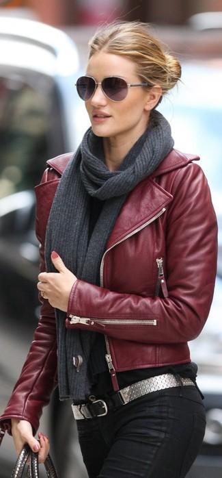 Tenue de Rosie Huntington-Whiteley  Veste motard en cuir bordeaux, Jean  skinny noir, Ceinture en cuir argentée, Écharpe en tricot gris foncé   Mode  femmes ... 8d799a8e332