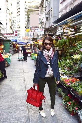 Comment porter: veste motard bleu marine, jean skinny vert foncé, chaussures richelieu en cuir blanches, sac fourre-tout en cuir rouge