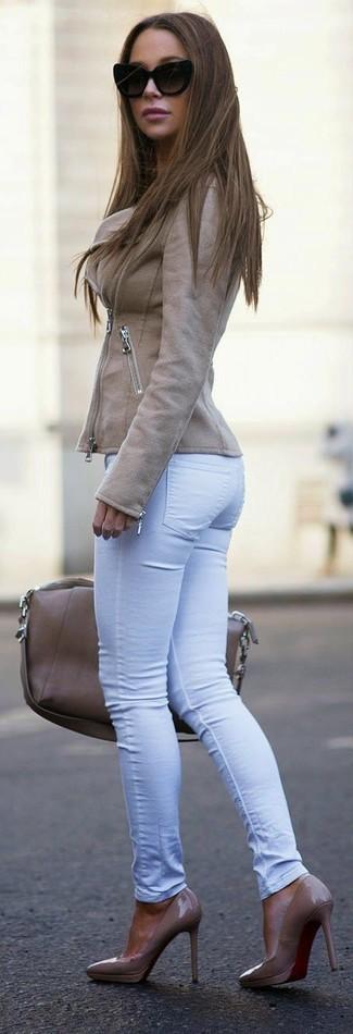 Comment porter: veste motard en cuir marron clair, jean skinny blanc, escarpins en cuir marron clair, sac fourre-tout en cuir marron