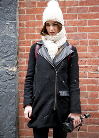 Comment porter: veste motard en laine noire, jean skinny noir, sac à dos en cuir bordeaux, bonnet en tricot blanc