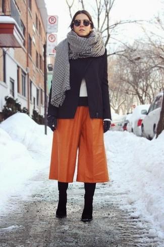 Comment porter: veste motard en laine noire, jupe-culotte orange, bottes hauteur genou en daim noires, gants en cuir noirs