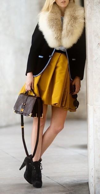 Comment porter: veste motard noire, jupe patineuse moutarde, bottines en daim marron foncé, sac bandoulière en cuir marron foncé