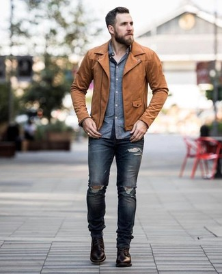 Comment porter: veste motard en cuir marron, chemise à manches longues en chambray bleue, jean skinny déchiré bleu marine, bottes de loisirs en cuir marron foncé
