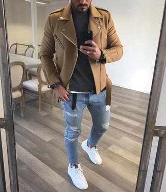 Comment porter: veste motard marron clair, pull à col roulé gris foncé, jean skinny déchiré bleu clair, tennis blancs