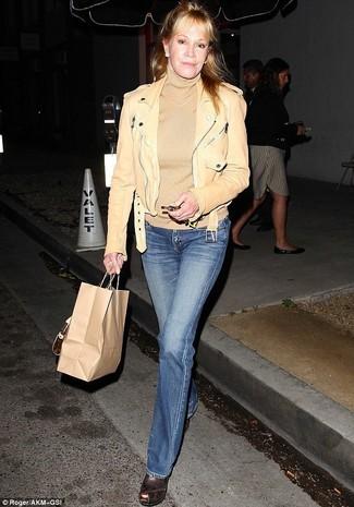 Comment porter: veste motard en cuir marron clair, pull à col roulé marron clair, jean flare bleu, sandales compensées en cuir marron foncé