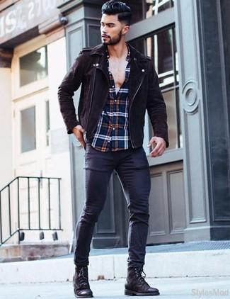 Comment porter: veste motard en daim marron foncé, chemise à manches longues écossaise blanc et rouge et bleu marine, jean skinny bleu marine, bottes de loisirs en cuir noires