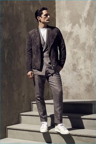 Comment porter: veste motard en daim marron foncé, costume marron foncé, t-shirt à col rond blanc, baskets basses en cuir blanches