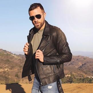 Comment porter: veste motard en cuir marron foncé, t-shirt à col rond olive, jean skinny déchiré bleu, lunettes de soleil noires