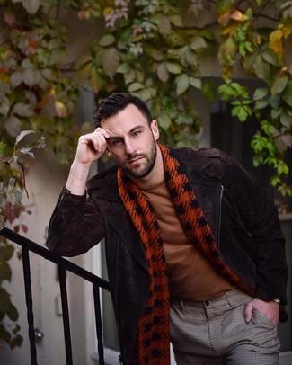 Comment porter: veste motard en daim marron foncé, t-shirt à col rond tabac, pantalon de costume à carreaux marron, écharpe en pied-de-poule rouge