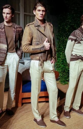 Comment porter: veste motard en cuir marron, pull à col rond marron clair, pantalon de costume blanc, espadrilles en toile marron foncé