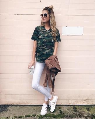 Comment porter: veste motard en daim marron, t-shirt à col en v camouflage vert foncé, jean skinny blanc, baskets basses en cuir blanches