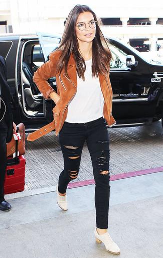 Comment porter: veste motard en daim marron, t-shirt à col rond blanc, jean skinny déchiré noir, chaussures richelieu en cuir blanches
