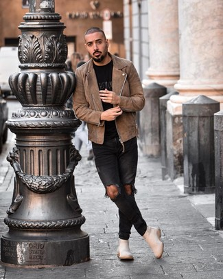 Comment porter des bottines chelsea en daim beiges: Harmonise une veste motard en daim marron avec un jean skinny déchiré noir pour un look idéal le week-end. D'une humeur audacieuse? Complète ta tenue avec une paire de des bottines chelsea en daim beiges.
