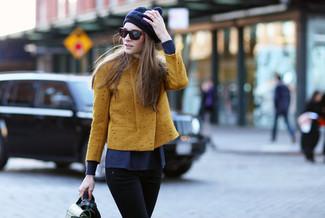 Associer une veste motard avec un jean skinny noir est une option confortable pour faire des courses en ville.