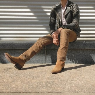 Comment porter: veste motard en cuir noire, chemise à manches longues à carreaux blanche, jean marron clair, bottes western en daim marron clair