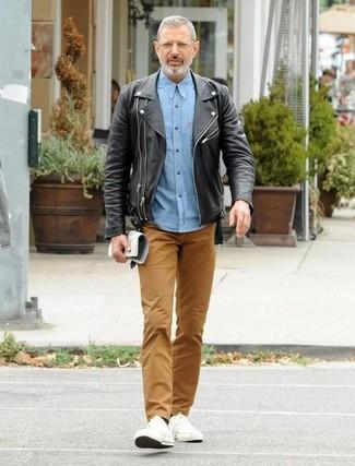 Comment porter: veste motard en cuir noire, chemise à manches longues en chambray bleu clair, pantalon chino marron, baskets basses en toile blanches