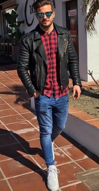 Comment porter: veste motard en cuir matelassée noire, chemise à manches longues écossaise rouge et bleu marine, jean skinny bleu, chaussures de sport blanches