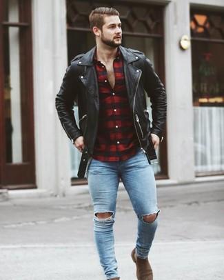 Comment porter: veste motard en cuir noire, chemise à manches longues en vichy rouge et noir, jean skinny déchiré bleu clair, bottines chelsea en daim marron