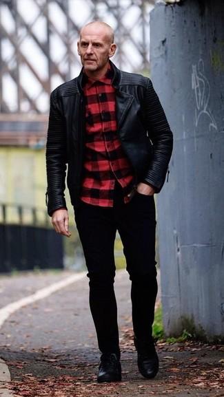 Comment porter: veste motard en cuir noire, chemise à manches longues à carreaux rouge et noir, jean skinny noir, baskets basses en cuir noires