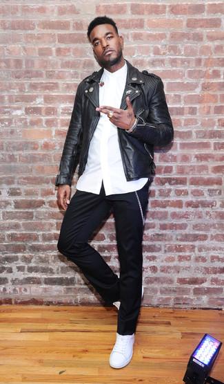 Comment porter: veste motard en cuir noire, chemise de ville blanche, pantalon chino noir, baskets basses en cuir blanches